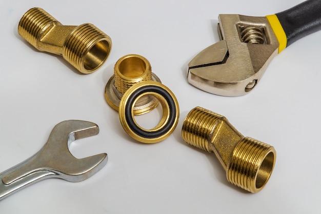 Un ensemble de raccords et d'outils en laiton est souvent utilisé pour les installations d'eau et de gaz sur les espaces gris