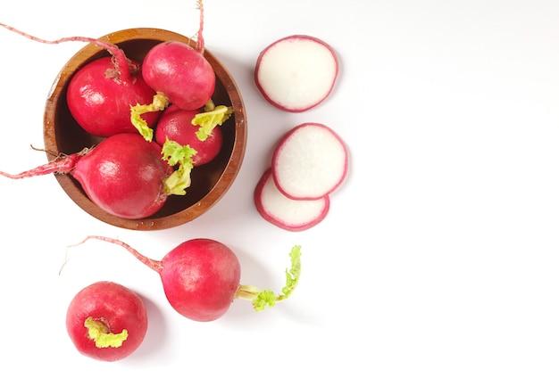 Ensemble de radis de jardin tout petit frais isolé sur la découpe de surface blanche. vue de dessus. mise à plat. fraîchement cueilli dans un jardin biologique de croissance à domicile. concept de nourriture.