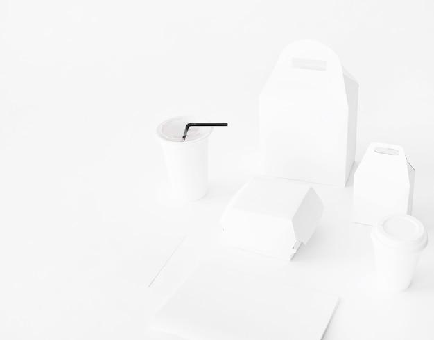Ensemble réaliste d'emballages de restauration rapide de papier sur fond blanc