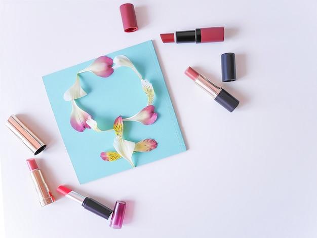 Ensemble de rouges à lèvres de couleur sur fond blanc