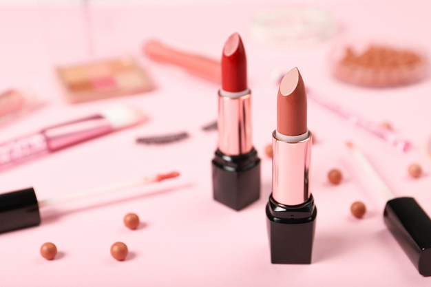 Ensemble de rouges à lèvres sur le fond des cosmétiques décoratifs
