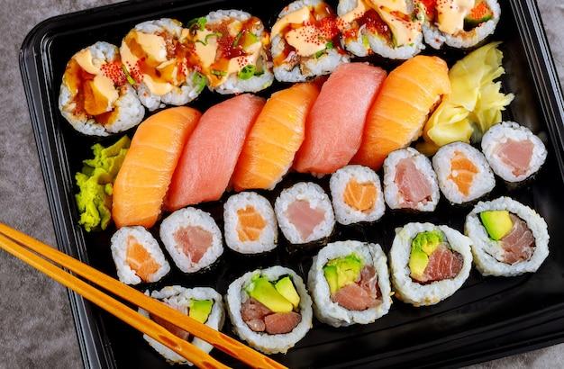 Ensemble de rouleau de sushi de philadelphie avec du gingembre et des baguettes. cuisine japonaise.