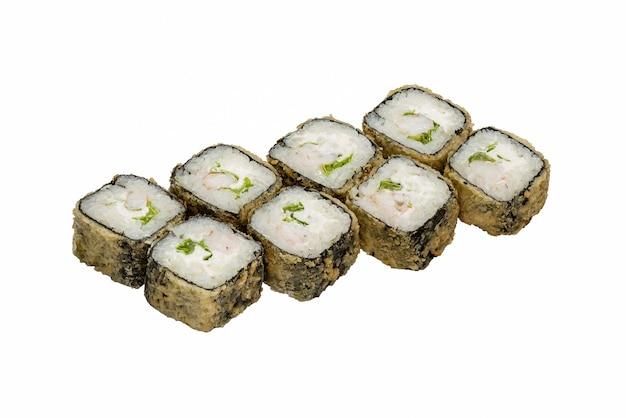 Ensemble de rouleaux japonais avec fromage à pâte molle et crevettes. gros plan sur fond blanc.