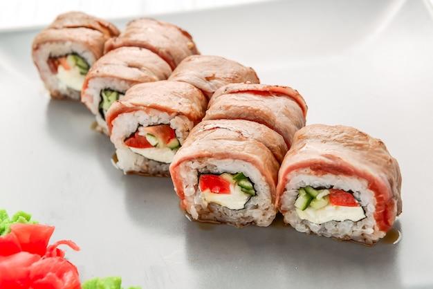 Ensemble De Rouleaux De Sushi Au Saumon. Sushi à La Viande De Veau Photo Premium