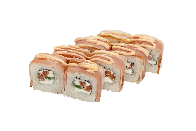Ensemble de rouleaux de sushi avec du fromage à la crème de légumes au thon et de la sauce isolé sur un gros plan blanc