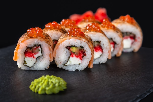 Ensemble de rouleaux de sushi sur fond noir