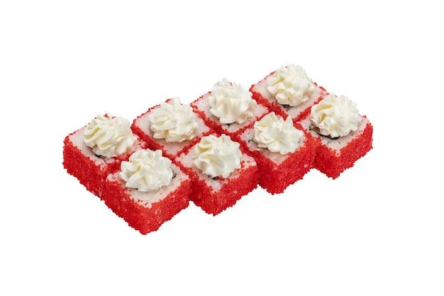 Ensemble de rouleaux de sushi avec fromage à la crème de fruits de mer et caviar de poisson volant rouge isolé sur blanc closeu