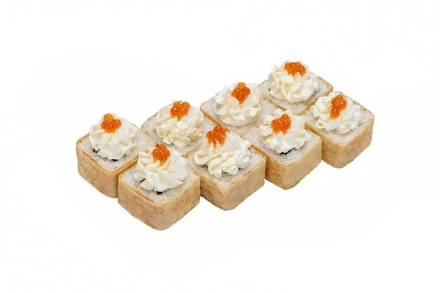 Ensemble de rouleaux de sushi avec fromage à la crème de fruits de mer décoré de caviar rouge isolé sur blanc closeu