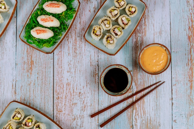 Ensemble de rouleaux de sushi avec sauce soja, mayo chaude et baguettes cuisine japonaise