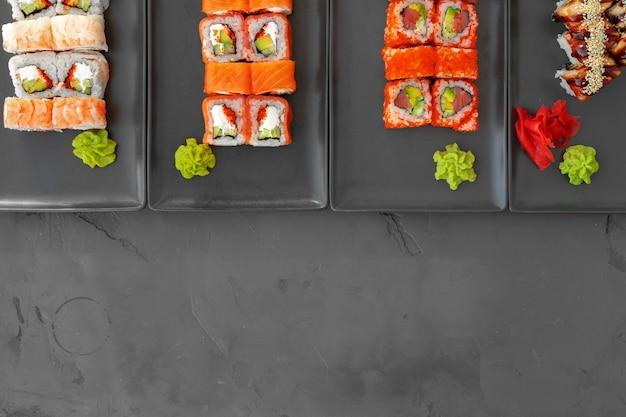 Ensemble de rouleaux de sushi servi sur fond gris