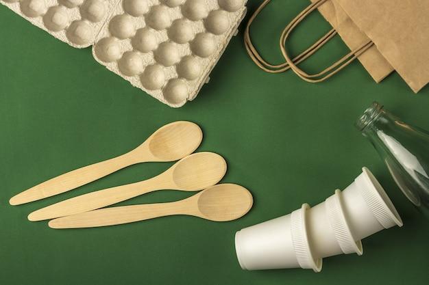 Ensemble de sac écologique, tasses à café en papier biodégradable, boîte à œufs carrdboard, cuillères en bois et bouteille d'eau en verre. zéro déchet, écologique, sans plastique.