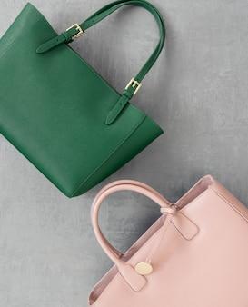 Ensemble de sacs à main pour femmes à la mode sur une surface en plâtre gris, vue de dessus