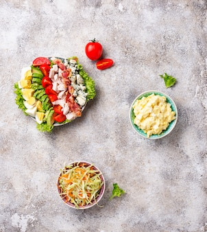 Ensemble de salades américaines traditionnelles.