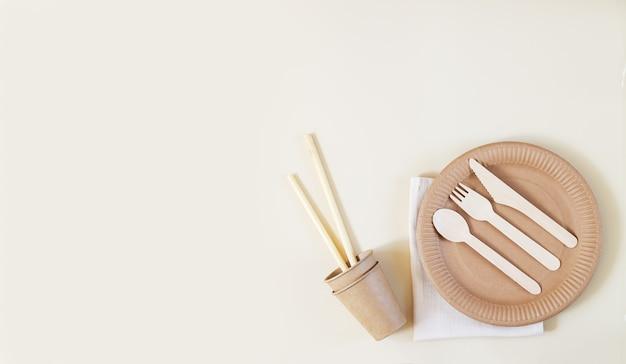 Ensemble sans plastique avec vaisselle en papier artisanal écologique