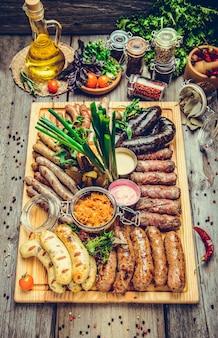 Un ensemble de saucisses différentes, grillées sur assiette