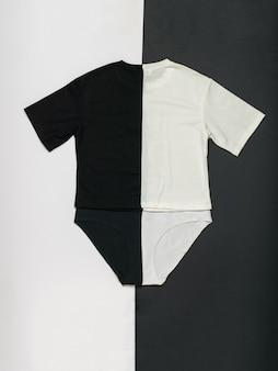 Un ensemble de sous-vêtements en noir et blanc sur fond noir et blanc. ensemble contrasté de vêtements d'été. mise à plat.