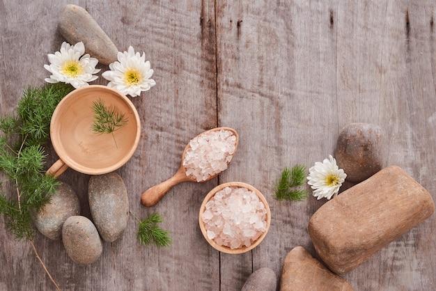 Ensemble de spa d'aromathérapie/ réglage de spa sur fond de bois