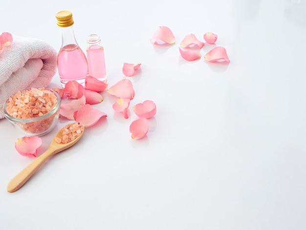Ensemble de spa naturel de sel rose et rose de l'himalaya