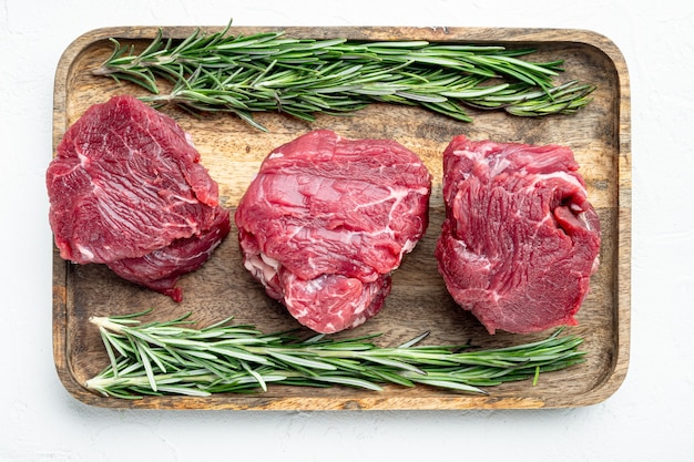 Ensemble de steaks de filet mignon premier raw filet, sur une surface en pierre blanche