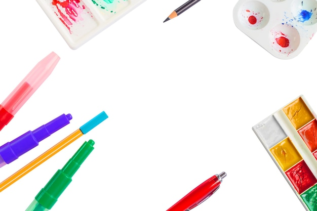 Ensemble de stylos et crayons de couleur aquarelle sur fond blanc école backgroun