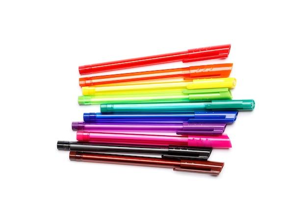 Ensemble de stylos multicolores isolés sur fond blanc.