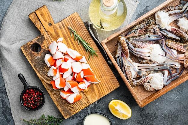 Ensemble de surimi de bâton de chair de crabe frais, sur fond gris, vue de dessus à plat