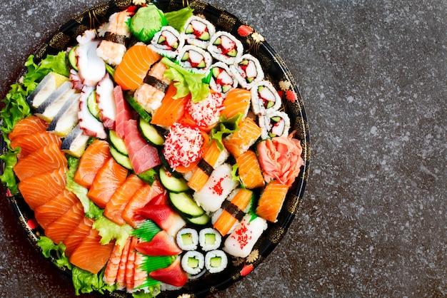 Ensemble de sushi. différents sashimis, sushis et petits pains, copyspace