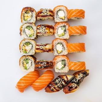 Ensemble de sushi. ensemble de sushi japonais. différents types de rôles. vue de dessus.