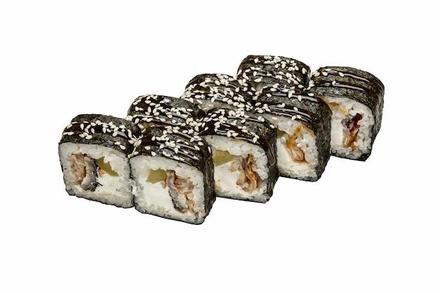 Ensemble de sushi sur fond blanc, tourné en studio.