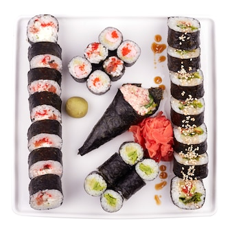 Ensemble de sushi maki en plaque blanche isolé sur blanc