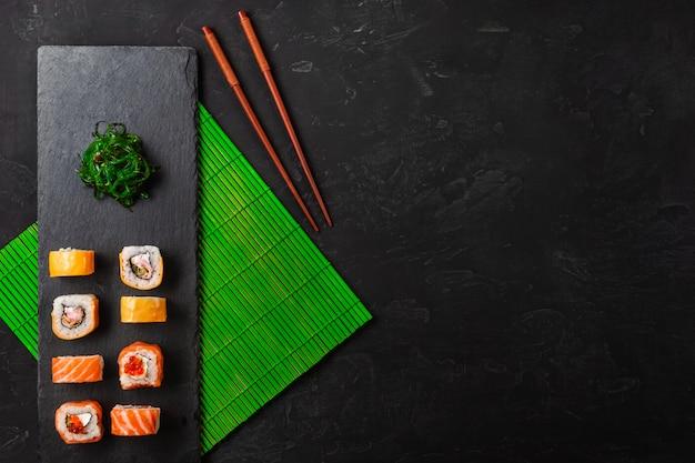 Ensemble de sushi et maki sur table en pierre. vue de dessus avec espace de copie