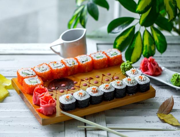 Ensemble de sushi avec nori et tobiko rouge et concombre