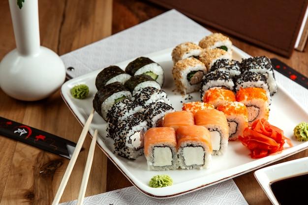 Ensemble de sushi philadelphia kappa maki saké maki vue latérale