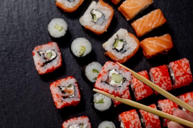 Ensemble de sushi roll sur table en ardoise noire