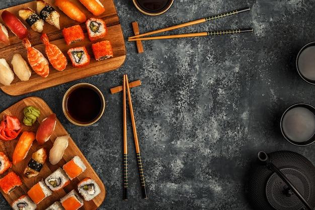 Ensemble de sushi: rouleaux de sushi et sushi sur plaque en bois, vue de dessus.