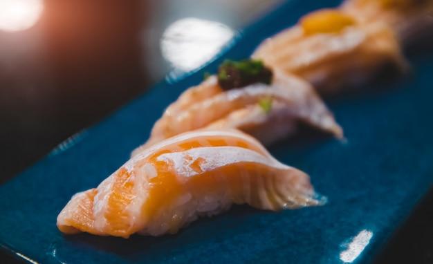 Ensemble de sushi de ventre de saumon.
