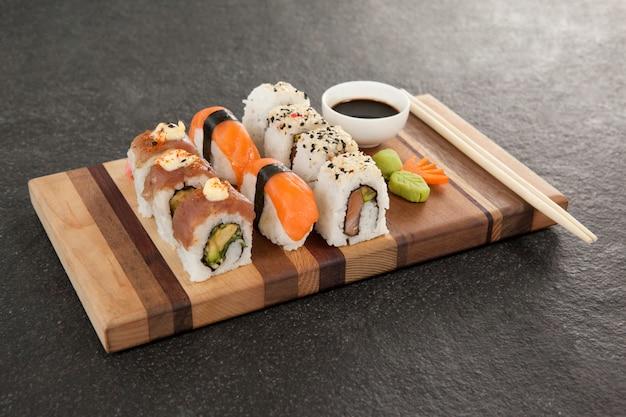 Ensemble de sushis assortis servi avec baguettes et sauce soja