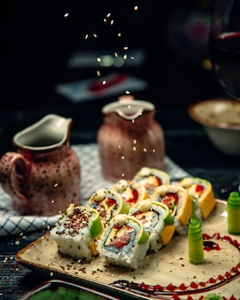 Ensemble de sushis au wasabi et gingembre garnis de sésame
