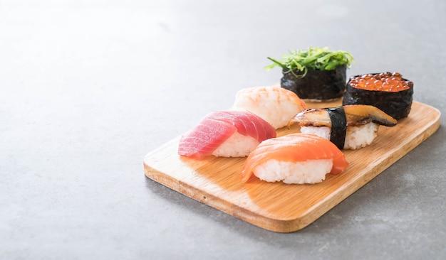 Ensemble de sushis mélangé