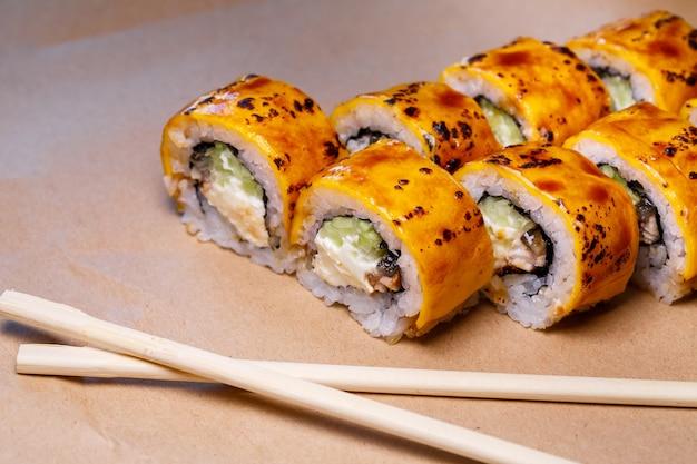 Un ensemble de sushis de nombreux types de rôles et avec des farces différentes. carte de sushis. sushi gastronomique japonais.