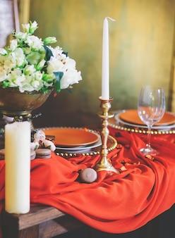 Ensemble de table à dîner couleur terre cuite.