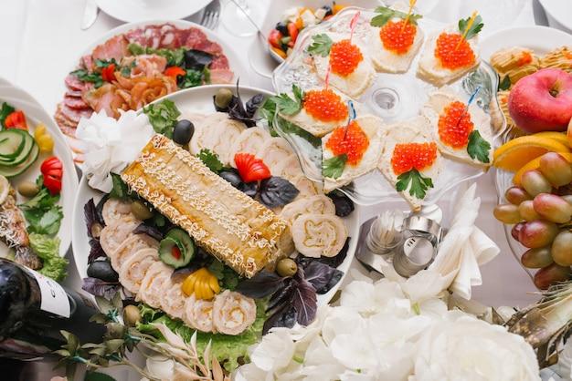 Ensemble de table festive avec de la nourriture et des collations lors d'un mariage ou d'une célébration