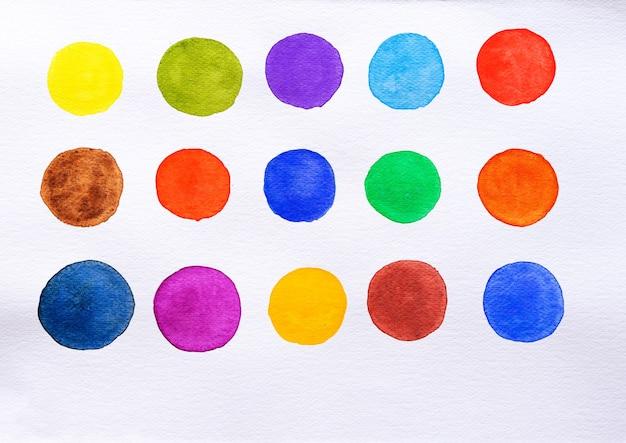 Ensemble de tache aquarelle sur fond blanc. collection de nuances de couleur. pinceau aquarelle coloré multicolore. fermer.