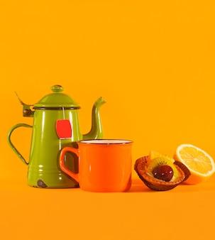 Ensemble de tasse à thé vintage, tasse orange, citron et pâtisserie. copiez l'espace en haut