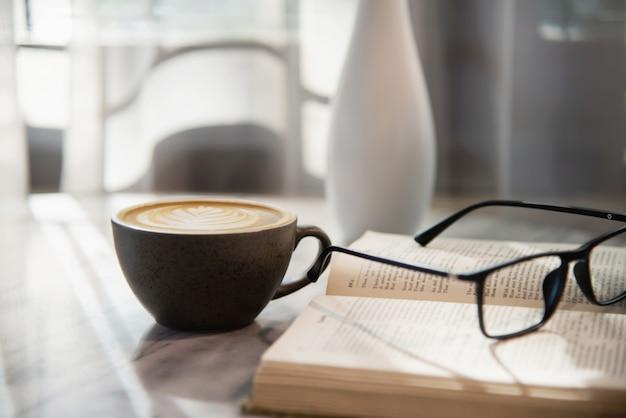 Ensemble de tasses à café fraîches et relaxantes du matin