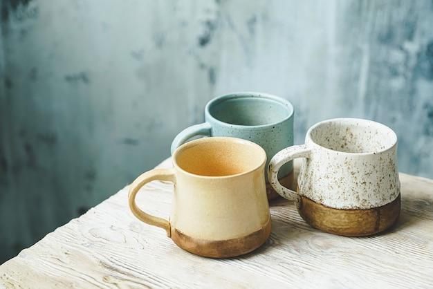 Ensemble de tasses en céramique faites à la main sur une table en bois