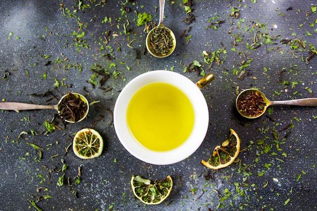 Ensemble de thé sur les cuillères d'argenterie vintage, divers de thé et tasse de thé