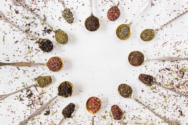 Ensemble de thé sur les cuillères d'argenterie vintage, divers de thé, thé noir, fleur, vert et menthe