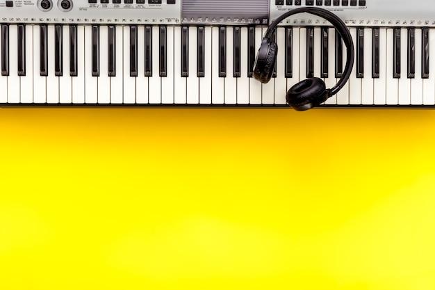 Ensemble de travail de musicien avec note de synthétiseur et casque