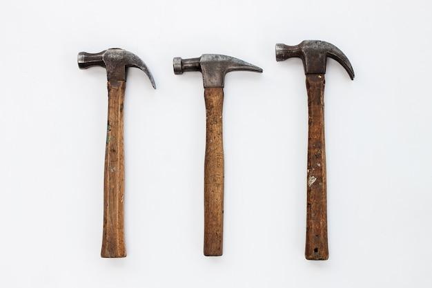 Ensemble de trois marteaux sur fond blanc